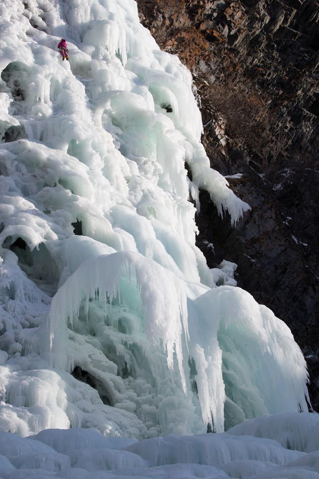 Some of the ice falls in Valdez offer unique features for our climbing tours.